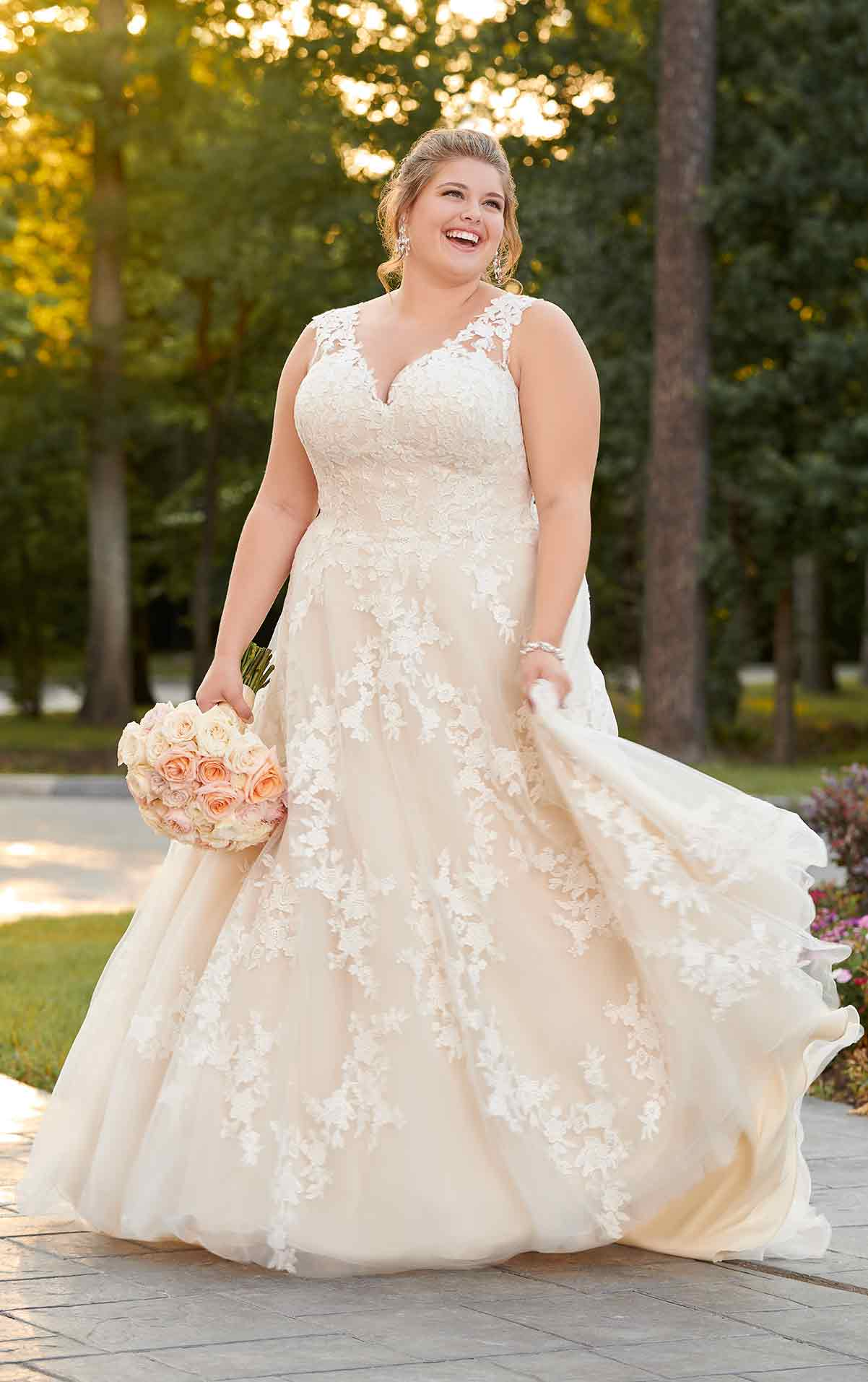plus-sized bride in flowing lace gown